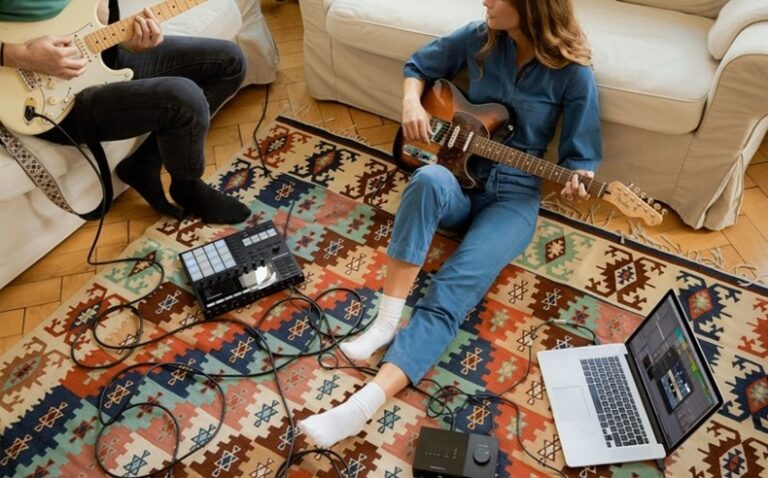 Es gibt verschiedene Arten von Gitarren und Untergruppen.  Am beliebtesten sind heute E-Gitarren mit festem Korpus.