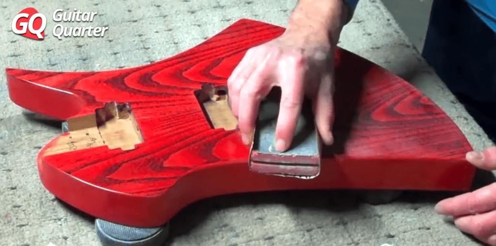 Lijado en seco de acabado de nitrocelulosa para guitarra eléctrica.