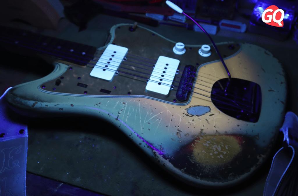 Clavijero de una guitarra Fender Jazzmaster de 1961 iluminada con luz negra o ultravioleta.
